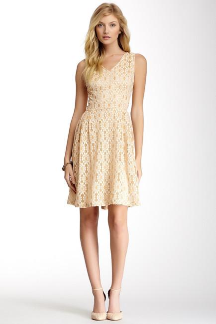 vestidos cortos de fiesta con encaje beige
