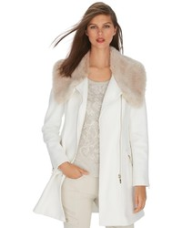 Abrigo con cuello de piel blanco