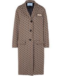 Abrigo con estampado geométrico marrón de Prada
