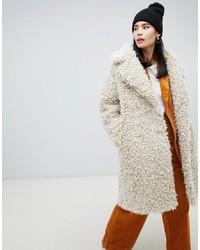 Abrigo de piel en beige de Monki