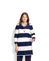 Abrigo de rayas horizontales en blanco y azul marino