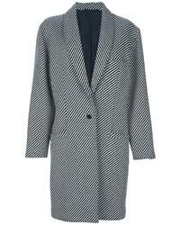 Una camiseta de manga larga beige y un abrigo son el combo perfecto para llamar la atención por una buena razón.