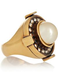 Anillo dorado de Alexander McQueen
