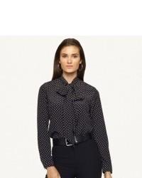 8d51e94ae Cómo combinar una blusa de botones de seda a lunares en negro y ...