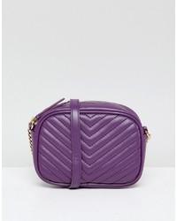 Bolso bandolera de cuero acolchado en violeta de New Look