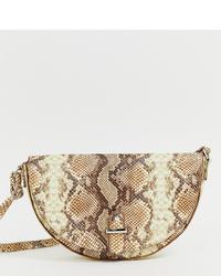 Bolso bandolera de cuero con print de serpiente en beige de Glamorous