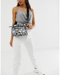 Bolso bandolera de cuero estampado en negro y blanco de DKNY