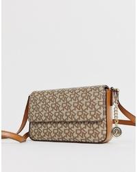 Bolso bandolera de cuero estampado marrón claro de DKNY