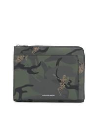 Bolso con cremallera de cuero de camuflaje verde oliva de Alexander McQueen