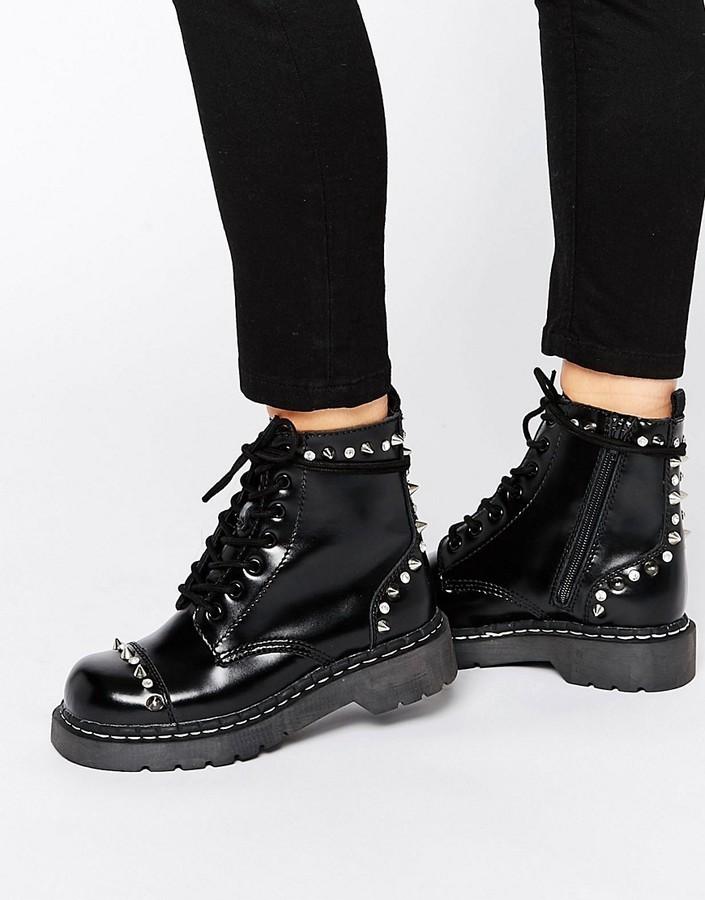 botas planas negras con cordones