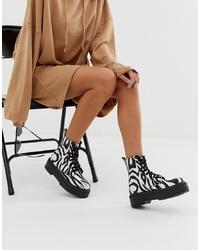 Botas planas con cordones de cuero estampadas en blanco y negro de ASOS DESIGN