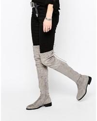Botas sobre la rodilla de ante grises