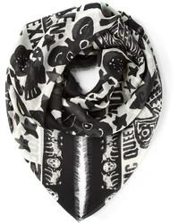 Bufanda estampada en negro y blanco de Alexander McQueen