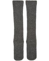 Calcetines de lana de punto en gris oscuro de Isabel Benenato
