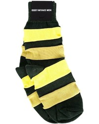 Calcetines de rayas horizontales amarillos de Issey Miyake