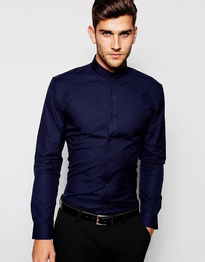 como combinar una camisa azul marino