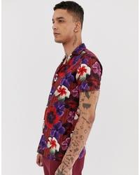 Camisa de manga corta con print de flores roja de Twisted Tailor