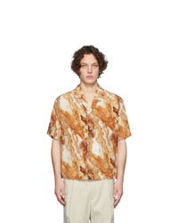 Camisa de manga corta de seda estampada marrón claro de Deveaux New York