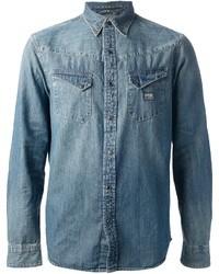 Intenta combinar un blazer gris oscuro con una camisa vaquera para crear un estilo informal elegante.