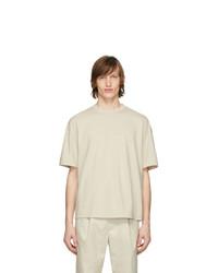 Camiseta con cuello circular en beige de Deveaux New York