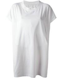 Una gabardina marrón claro y una camiseta con cuello circular son prendas que debes tener en tu armario.
