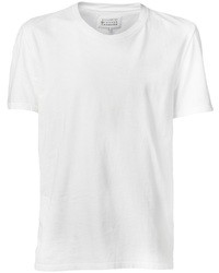 Emparejar un blazer gris oscuro y una camiseta con cuello circular es una opción cómoda para hacer diligencias en la ciudad.