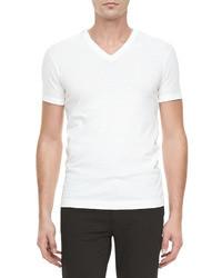Emparejar un blazer gris oscuro y una camiseta con cuello en v es una opción cómoda para hacer diligencias en la ciudad.