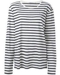 Para crear una apariencia para un almuerzo con amigos en el fin de semana empareja una camisa vaquera con una camiseta de manga larga.