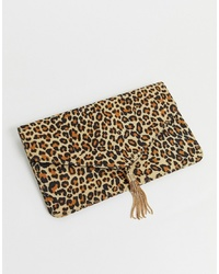 Cartera sobre de ante de leopardo marrón claro de ASOS DESIGN