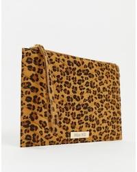 Cartera sobre de ante de leopardo marrón claro de Miss KG
