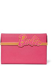 Cartera sobre de cuero con relieve rosa de Charlotte Olympia