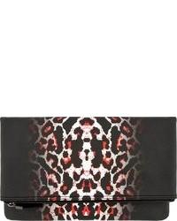 Cartera sobre de cuero de leopardo en rojo y negro de MCQ