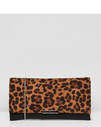Cartera sobre de cuero de leopardo marrón de Accessorize