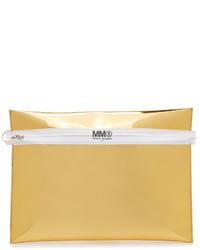 Cartera sobre de cuero dorada de Maison Margiela