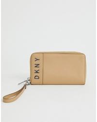 Cartera sobre de cuero en beige de DKNY