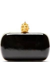 Cartera sobre de cuero en negro y dorado de Alexander McQueen