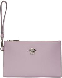 Cartera sobre de cuero violeta claro de Versace