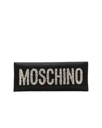 Cartera sobre de satén con adornos negra de Moschino