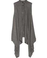 Emparejar una camiseta sin manga en beige junto a un chaleco es una opción muy buena para el fin de semana.
