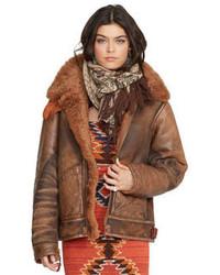 Haz de unos vaqueros pitillo desgastados negros y una chaqueta de piel de oveja tu atuendo para un look diario sin parecer demasiado arreglada.