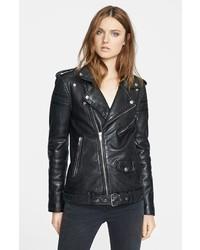 Si eres el tipo de chica de jeans y camiseta, te va a gustar la combinación de una camisa polo y una chaqueta motera.