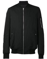 Empareja un blazer gris oscuro junto a una chaqueta para crear un estilo informal elegante.