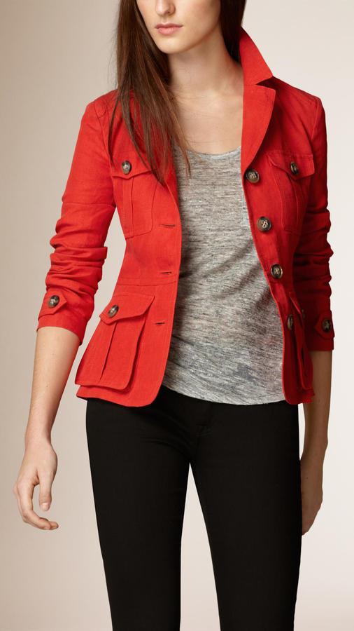 Como combinar una chaqueta roja de mujer