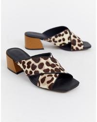 Chinelas de ante de leopardo marrón claro de ASOS DESIGN