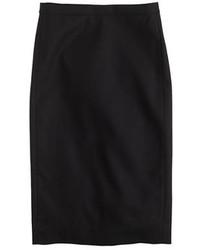 Elige una apariencia sofisticada en una gabardina marrón claro y una falda lápiz.