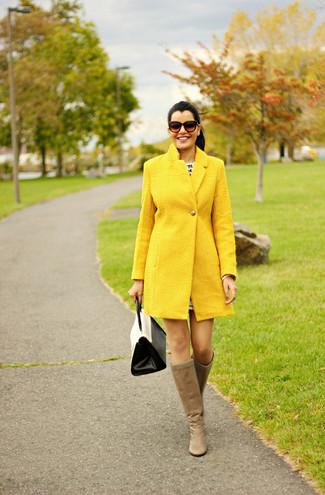 Cómo combinar: abrigo amarillo, botas de caña alta de cuero marrón claro, bolso de hombre de cuero en blanco y negro