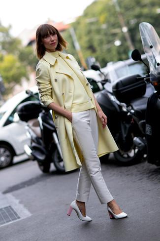 Look de moda: Abrigo amarillo, Jersey de cuello alto amarillo, Pantalones pitillo en beige, Zapatos de tacón de cuero en blanco y rosa