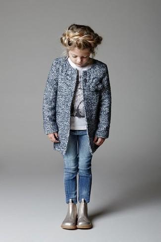 Cómo combinar: abrigo azul, camiseta de manga larga blanca, vaqueros azules, botas plateadas