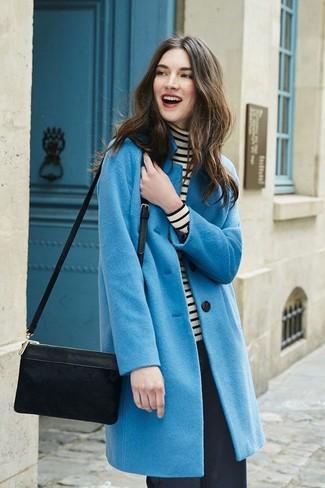 Cómo combinar: abrigo azul, jersey de cuello alto de rayas horizontales en blanco y negro, pantalones anchos negros, bolso bandolera de ante negro