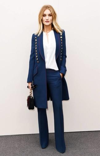 Cómo combinar: abrigo azul marino, blusa de botones blanca, pantalón de campana azul marino, bolso bandolera de cuero negro